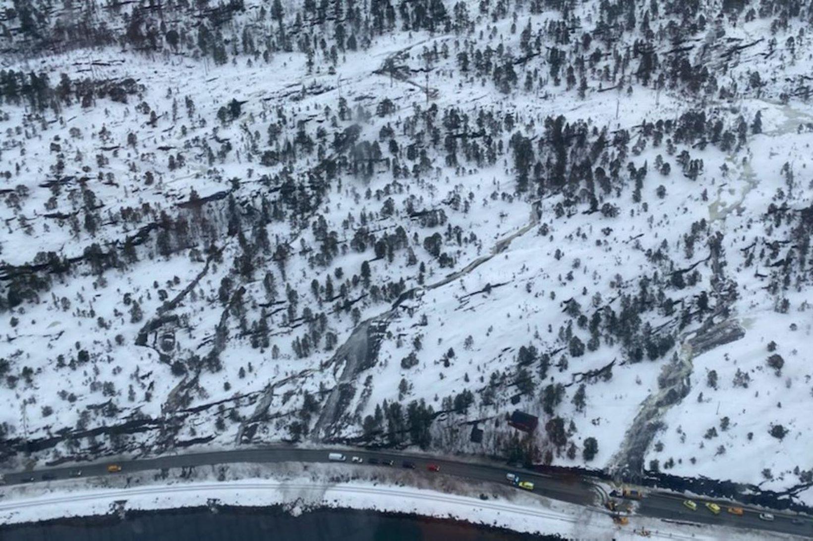 Svæðið þar sem aurskriðan féll á ríkisveg 80 í Nordland …