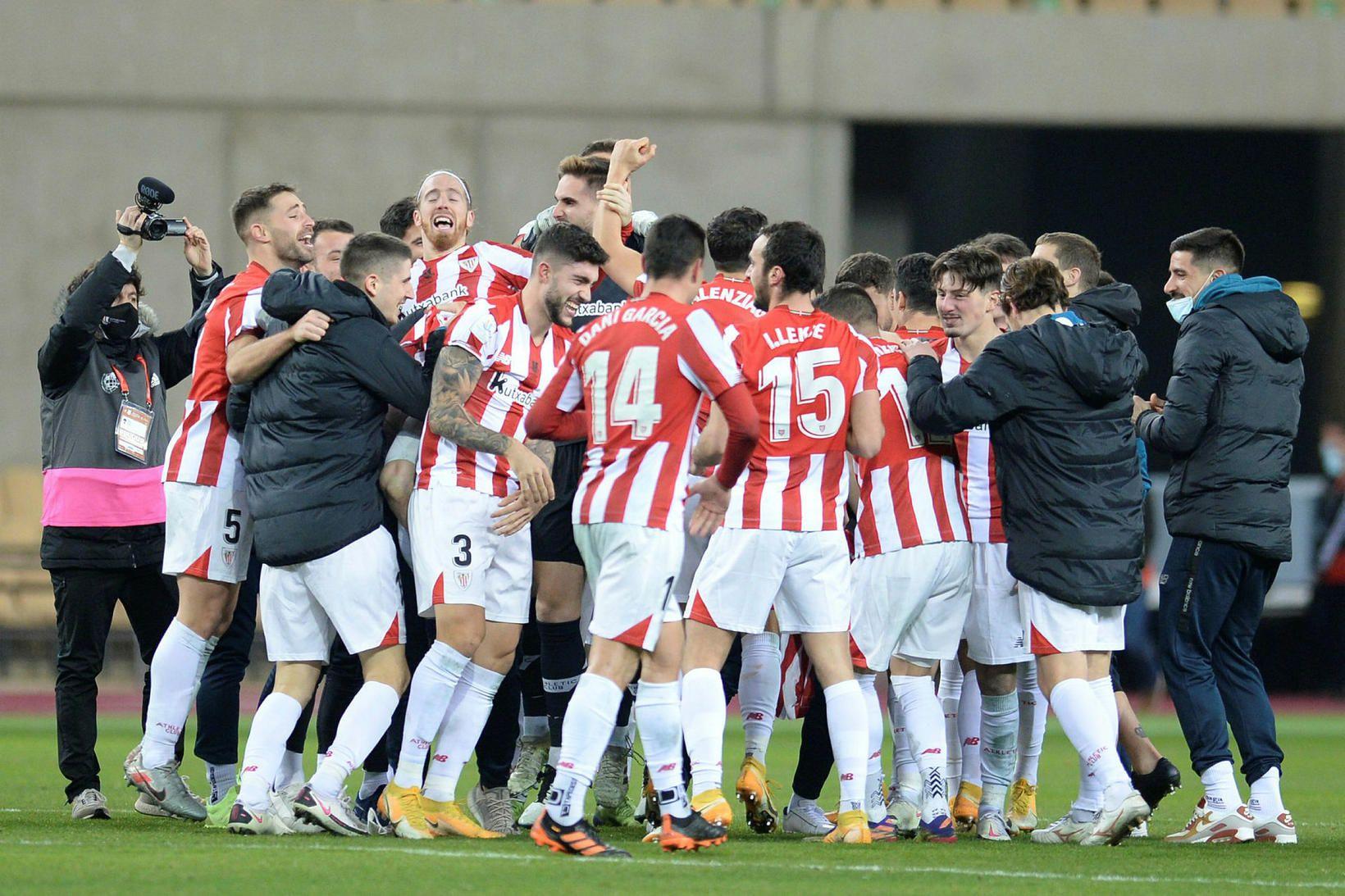 Leikmenn Athletic Bilbao fagna sigrinum í kvöld.