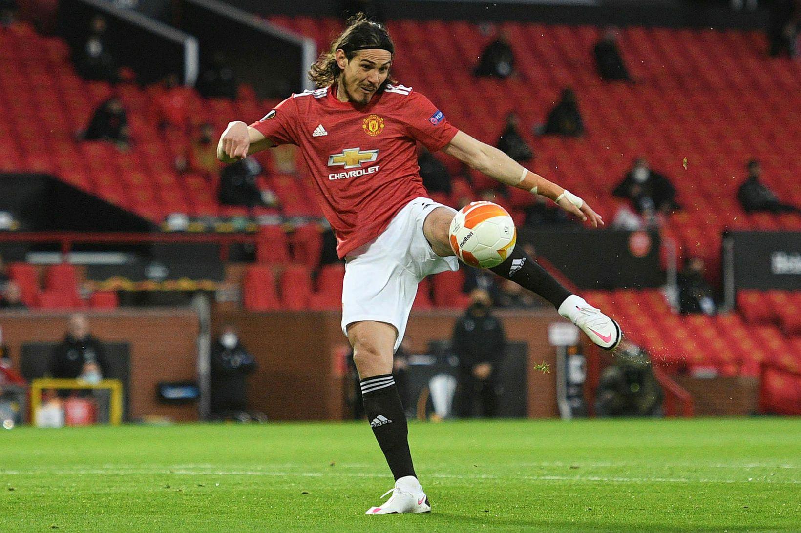 Edinson Cavani skorar fyrir Manchester United í leiknum í kvöld.