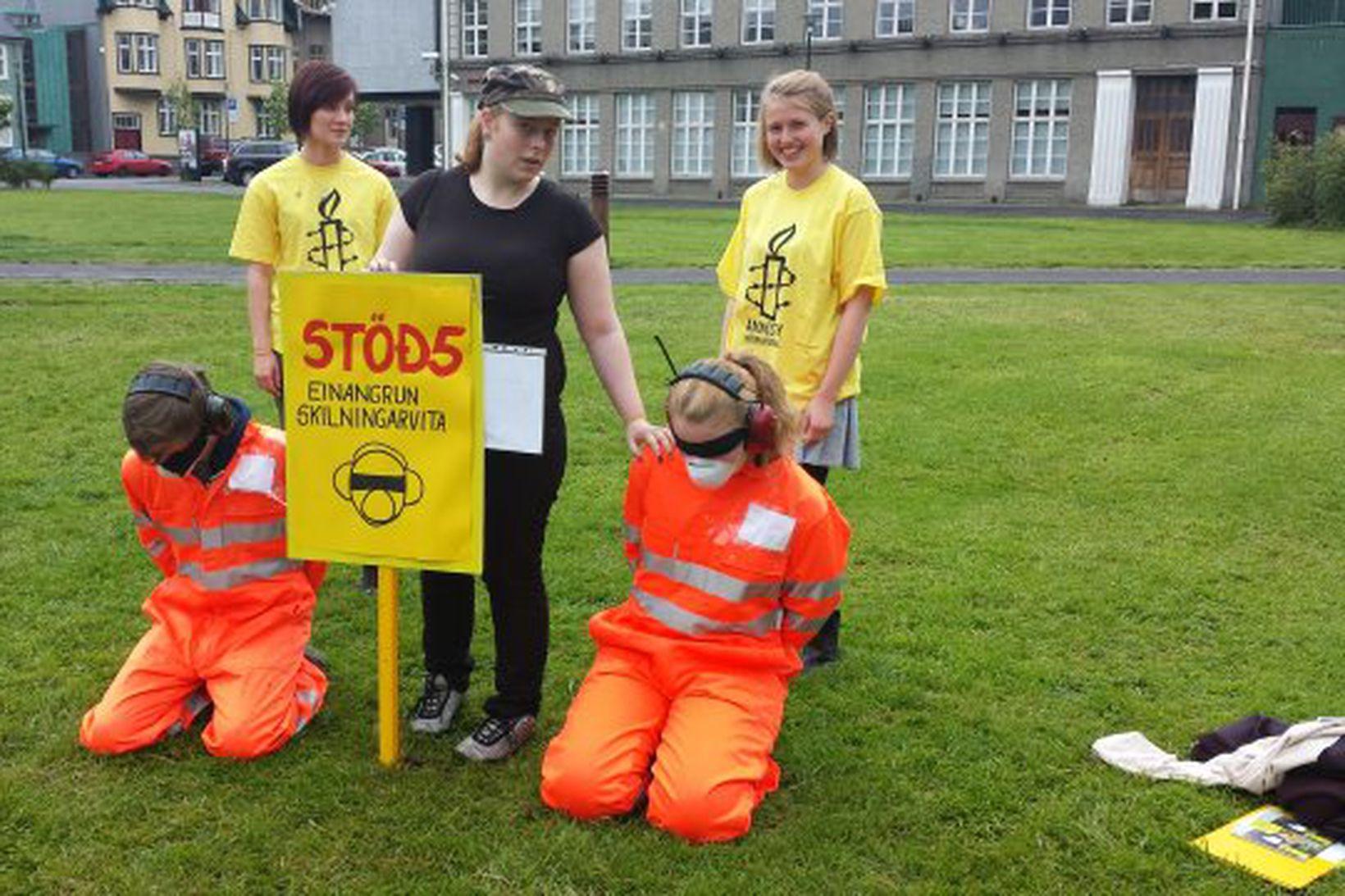 Frá pyndingaraðgerð Ungliðahreyfingar Amnesty International á Austurvelli.
