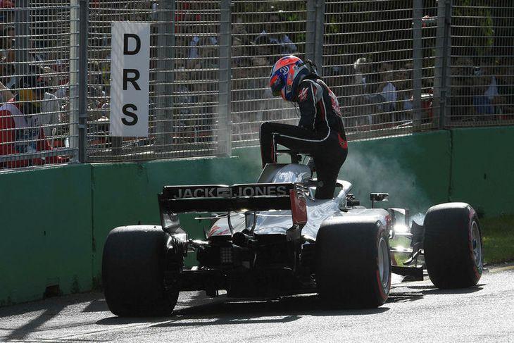 Romain Grosjean stígur upp úr Haas-bílnum en hann varð að hætta keppni vegna lausrar felgufestingar.