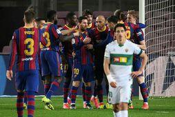 Lionel Messi og Martin Braithwaite í miðjum hópi leikmanna Barcelona í kvöld.