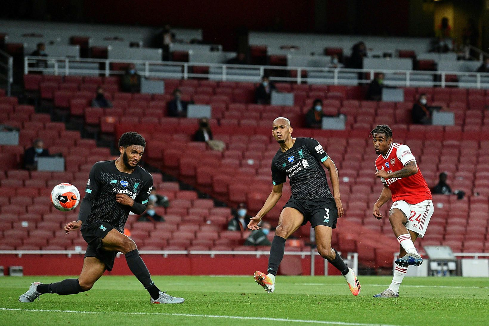 Reiss Nelson skorar fyrir Arsenal gegn Liverpool.