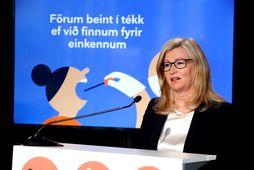 Alma Möller landlæknir er á fundi dagsins ásamt Þórólfi. Víðir er fjarri góðu gamni enda …