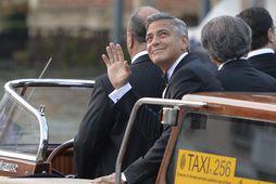 George Clooney brosti sínu breiðasta þegar hann var á leið til kikrjunnar.