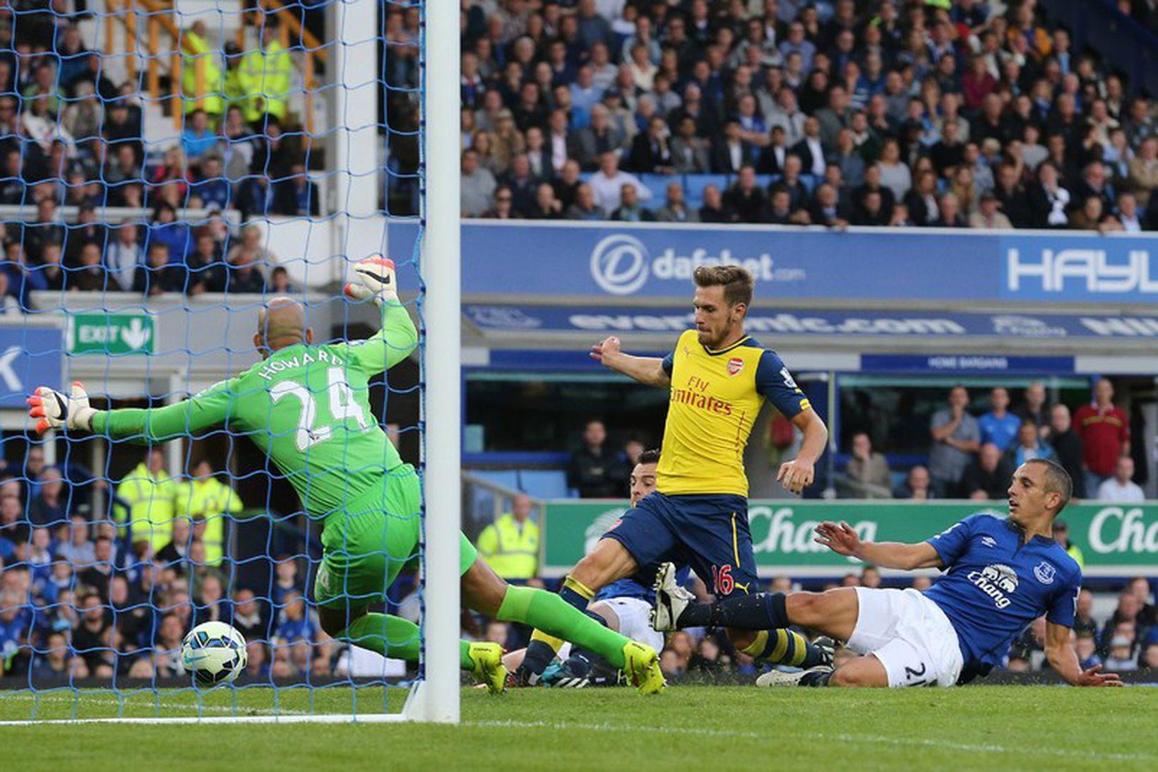 Aaron Ramsey skorar fyrra mark Arsenal í dag.