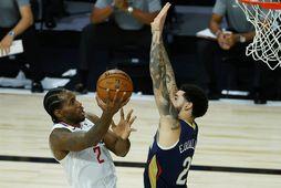 Kawhi Leonard sækir á körfuna gegn Lonzo Ball í leik Los Angeles Clippers og New …