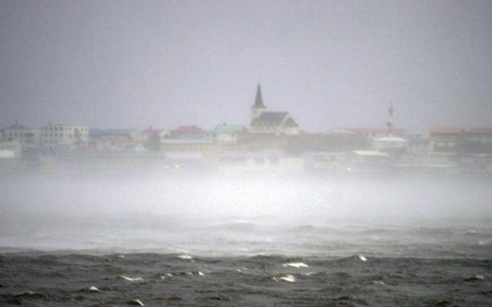 Á myndinni sést særok við Borgarnes. Yfirborð sjávar hækkar mjög ...
