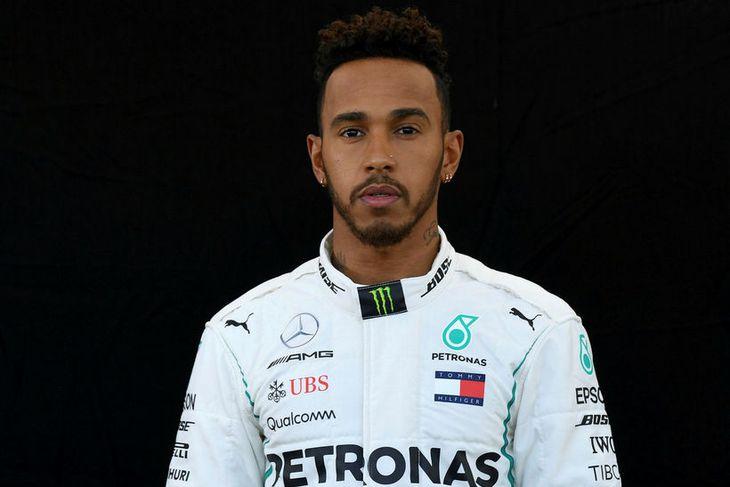 Hjálmlaus Lewis Hamilton í Melbourne.