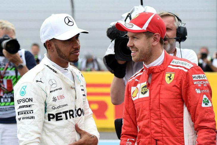 Vel fer á með Lewis Hamilton (t.v.) og Sebastian Vettel eftir tímatökuna í Le Castellet.