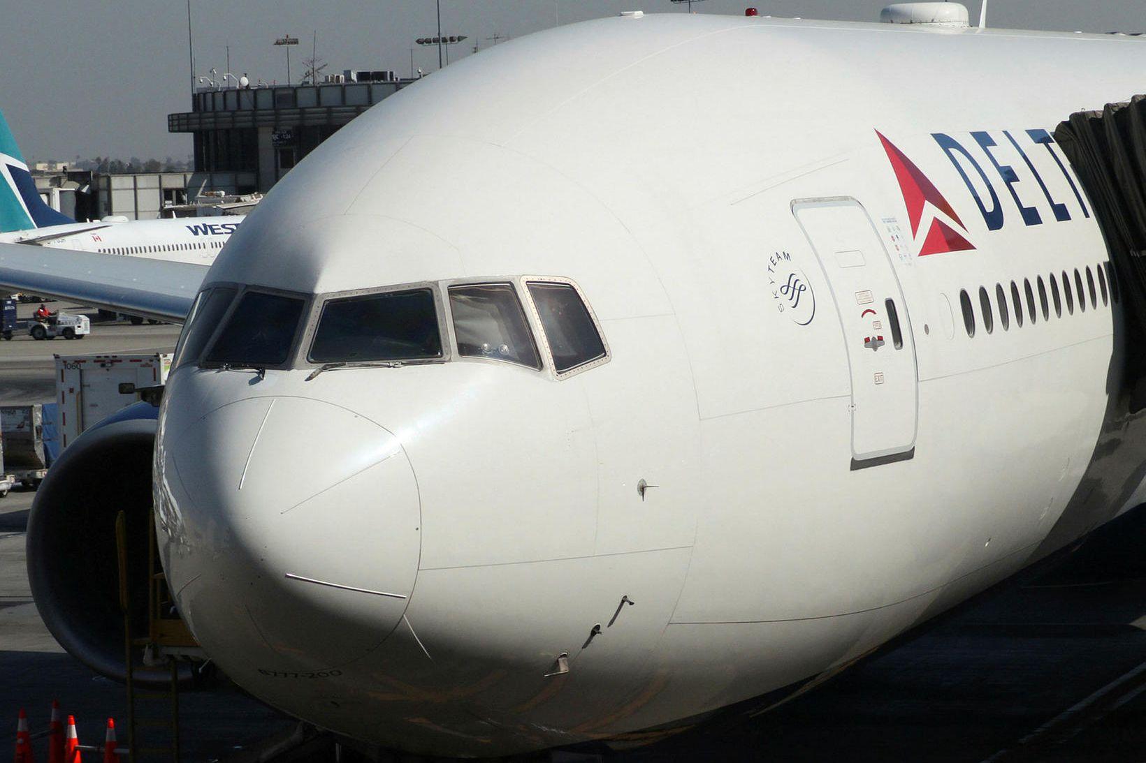 Vél Delta Airlines sem þurfti að nauðlenda var að losa …