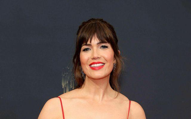 Mandy Moore á rauða dreglinum fyrir Emmy-verðlaunahátíðina. Brjóstapumpan var ekki langt undan.