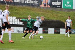 Pétur Viðarsson hefur betur gegn Jasoni Daða Svanþórssyni í leiknum í Kaplakrika í dag.
