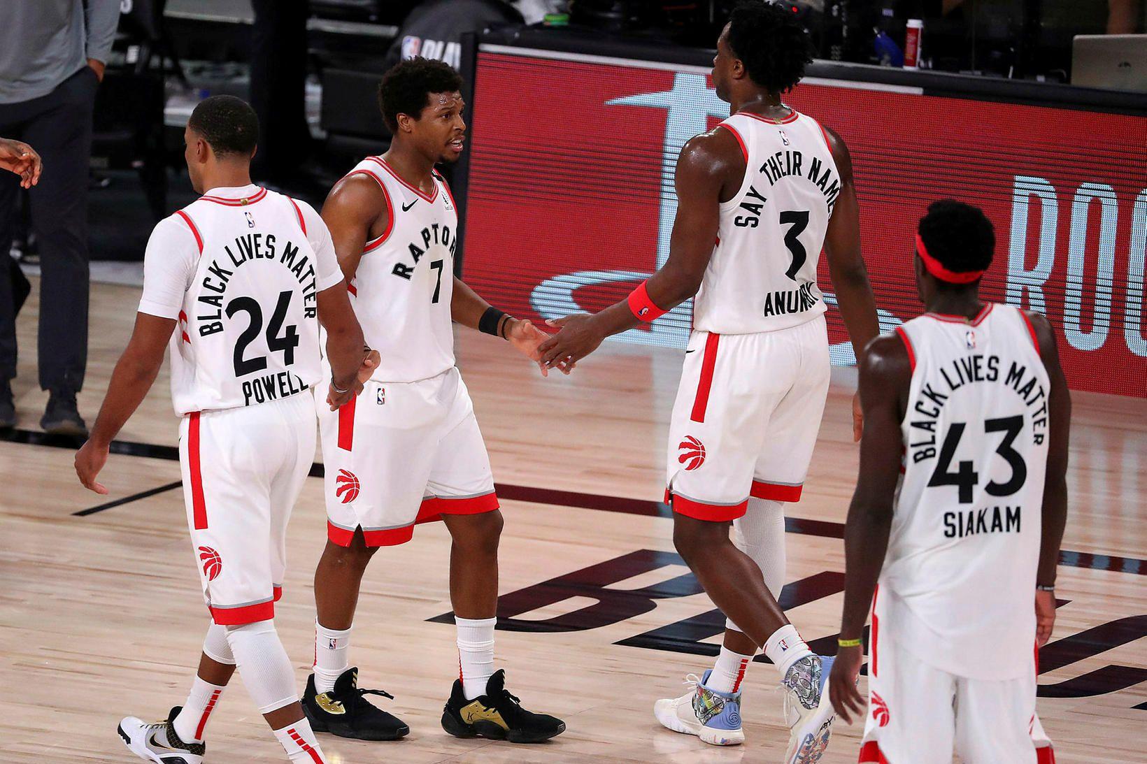 Meistarar Toronto Raptors ganga af velli í nótt.