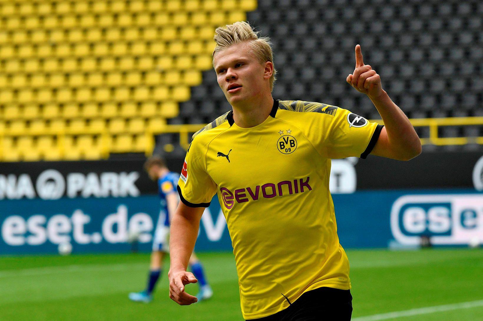 Erling Braut Haaland fagnar marki sínu gegn Schalke um síðustu …