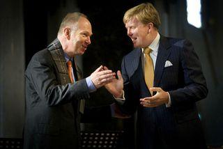 Ian Buruma, til vinstri, tekur við Erasmus-verðlaununum árið 2008 úr hendi hollenska krónprinsins Willem-Alexander.