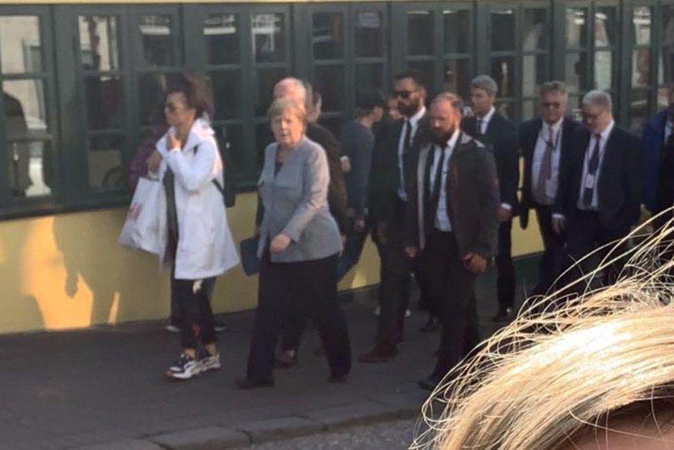Merkel gripin glóðvolg á vappi um miðbæinn.