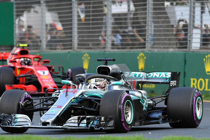 Framan af var það Kimi Räikkönen sem atti kappi við Lewis Hamilton.