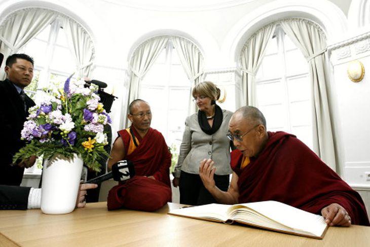 Dalai Lama heimsótti Alþingishúsið þar sem Ásta Ragnheiður Jóhannesdóttir tók á móti honum.