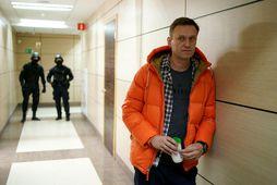 Alexei Navalny bíður á meðan leitað var á skrifstofu hans í morgun.