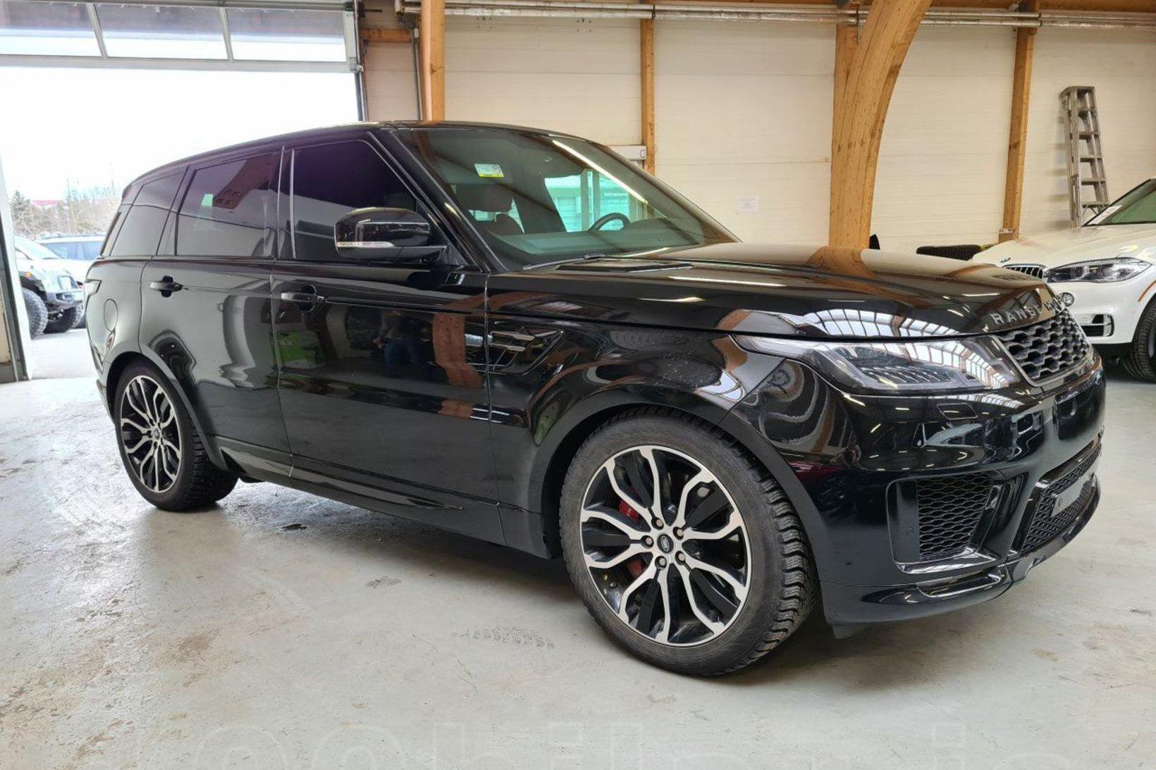 Bíllinn er af gerðinni Range Rover.