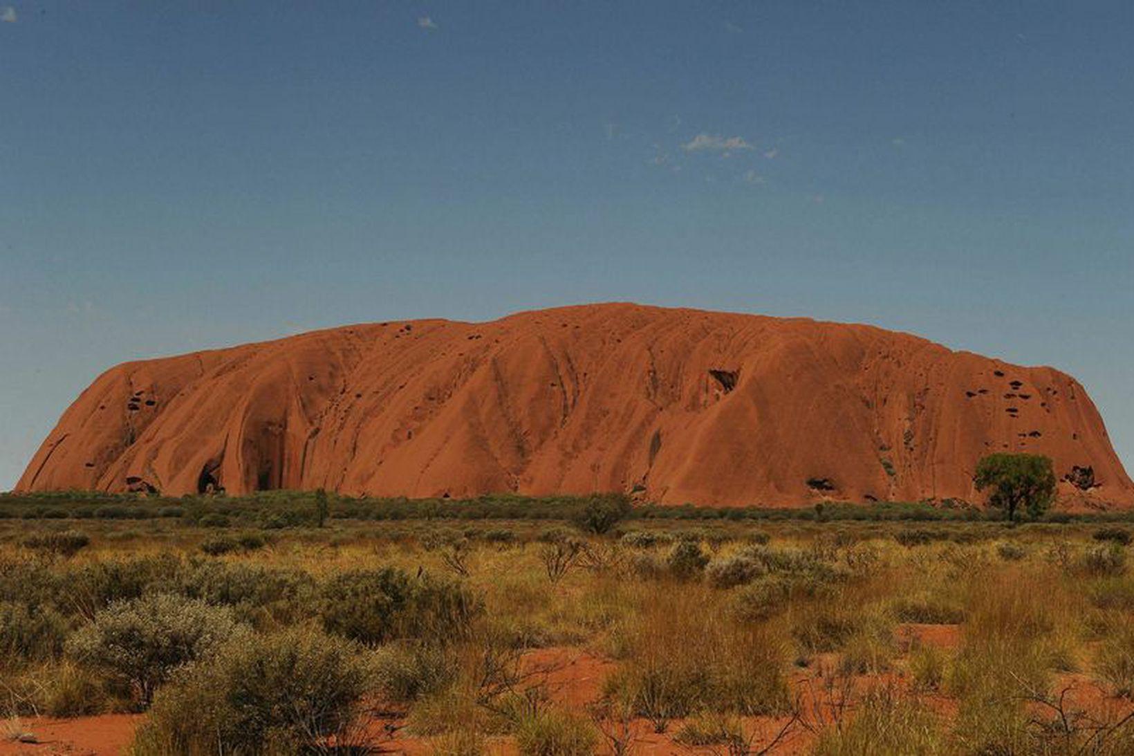 Kletturinn Uluru hefur táknrænt gildi í menningu frumbyggja Ástrala og …