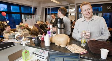 Oddvitinn Jón Gnarr fær sér kaffi á fundi með samstarfsfólki sínu í Besta flokknum.