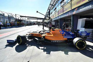 Lando Norris leggur í aksturslotu á McLarenbílnum í Melbourne.