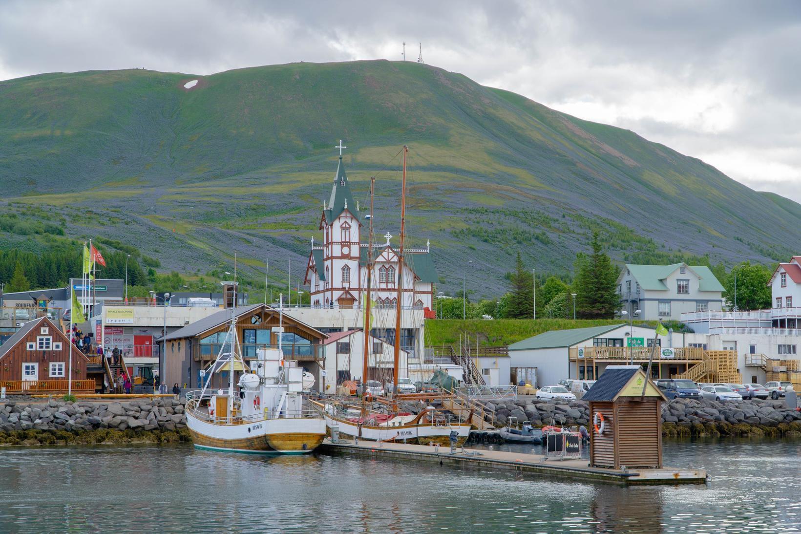 Jarðskjálftahrinan er að færast nær Húsavík.