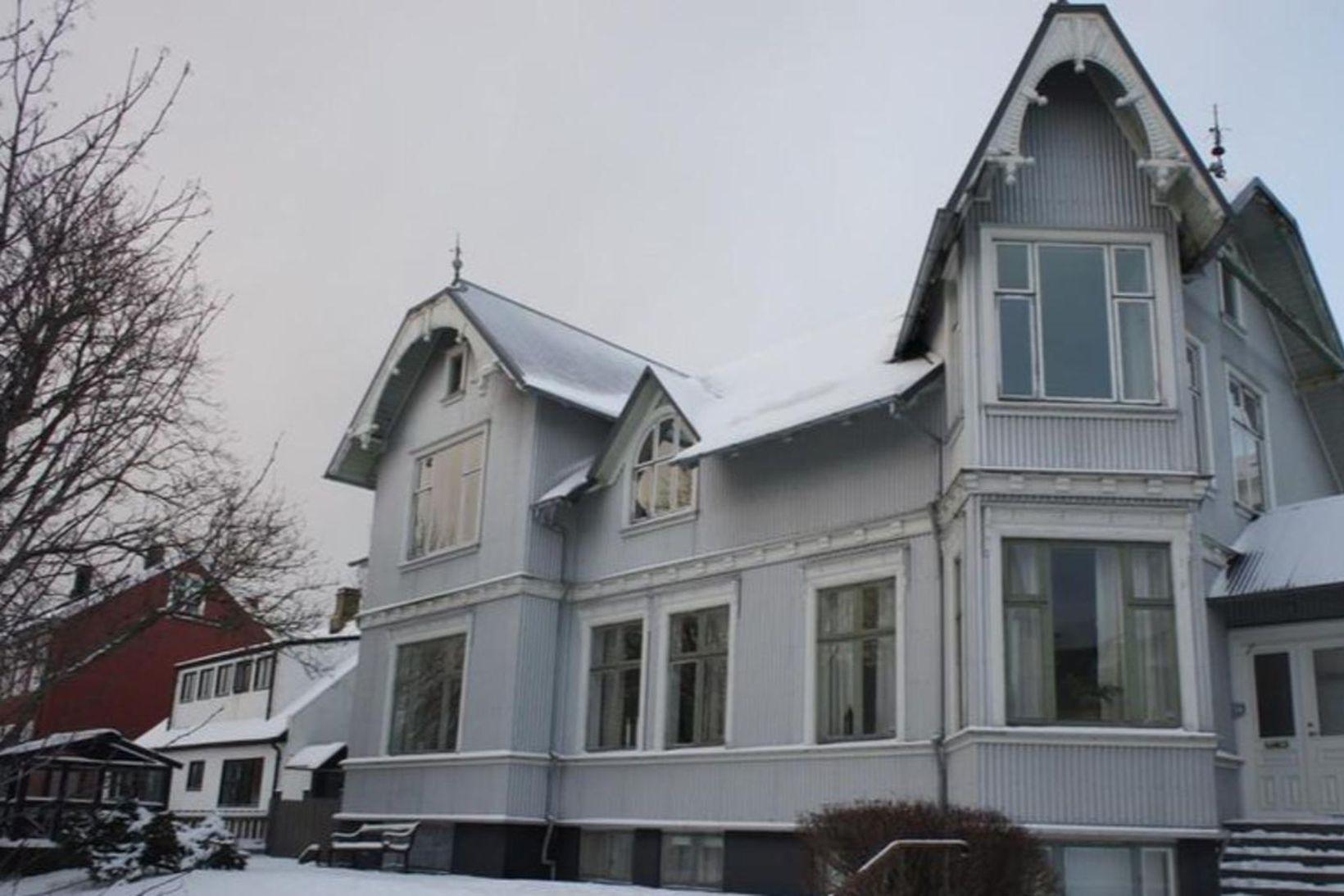 Suðurgata 4 er glæsilegt parhús sem byggt var 1906.
