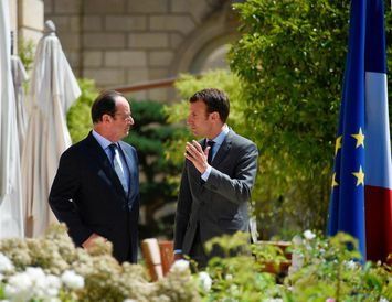Francois Hollande Frakklandsforseti og Emmanuel Macron forsetaframbjóðandi á fundi í Elysee höllinni í París sumarið ...