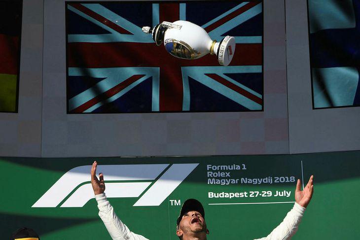 Lewis Hamilton fagnar sigrinum í Búdapest.