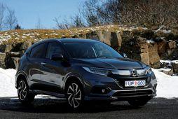 Að ytra útliti er Honda HR-V lögulegur bíll, og á framendanum er svartkrómað grill.