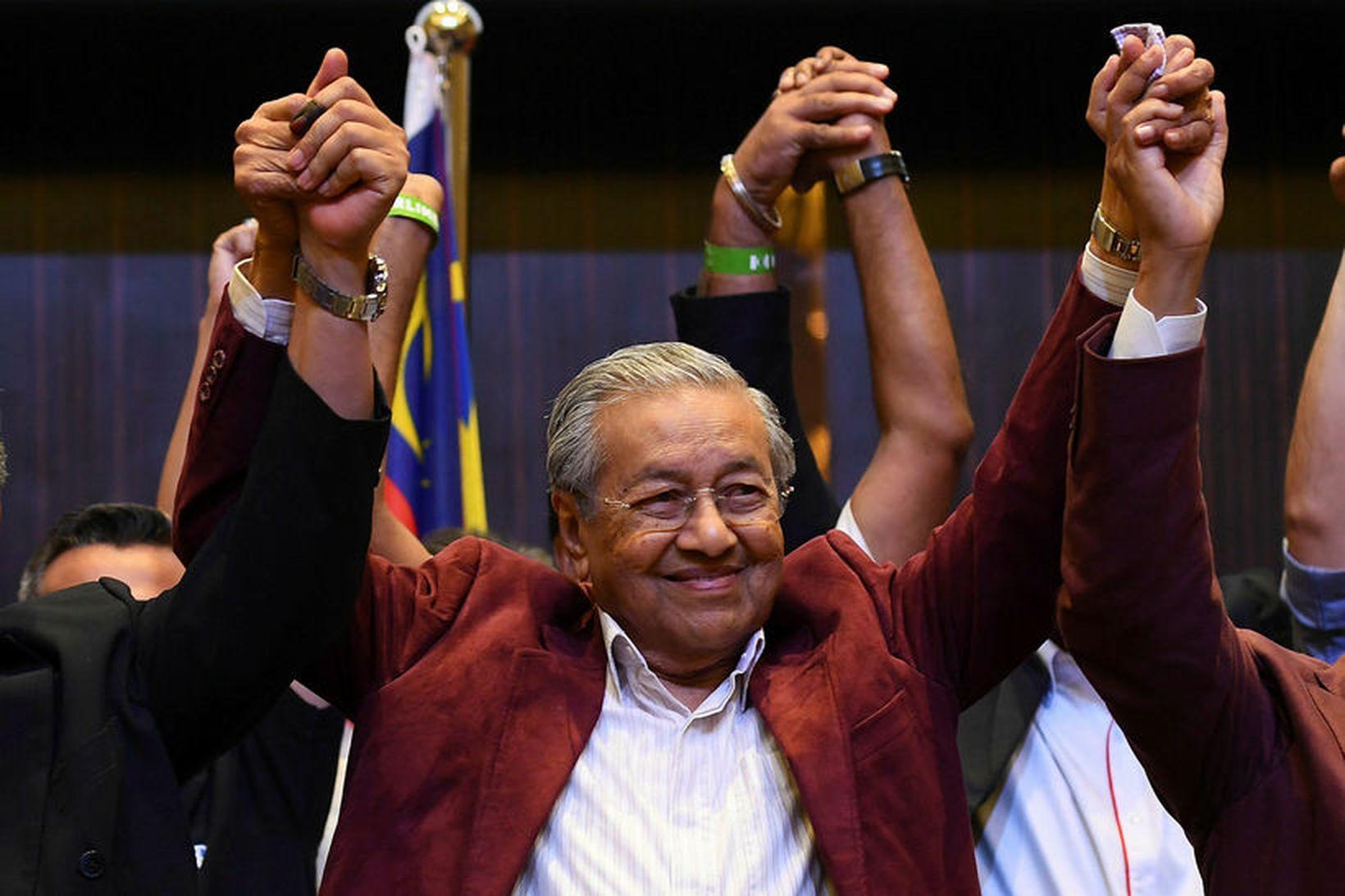 Mahathir Mohamad fagnar hér sigri í kosningunum árið 2018.