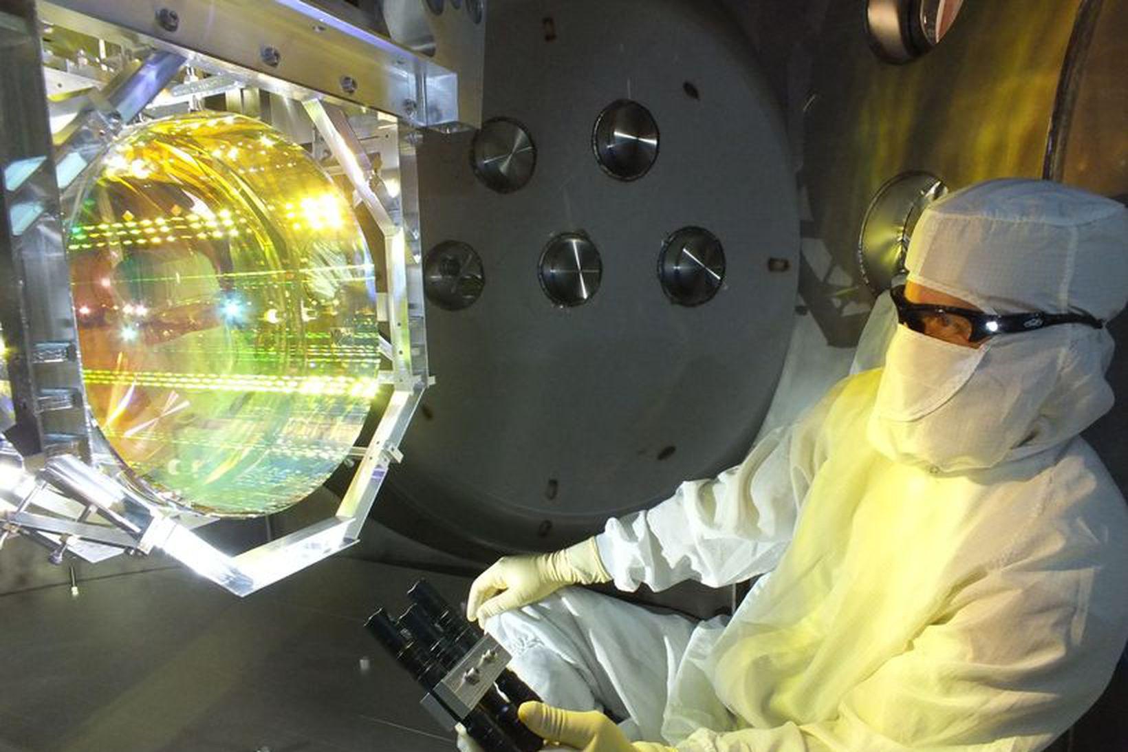 Vísindamaður hlúir að LIGO-mælitækinu sem nam þyngdarbylgjur í fyrsta skipti …