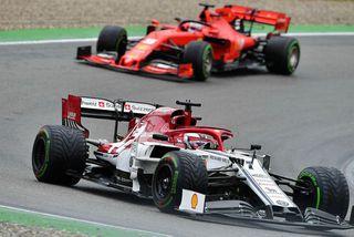 Kimi Räikkönen á ferð í Hockenheim en eftir kemur Sebastian Vettel á Ferrari.