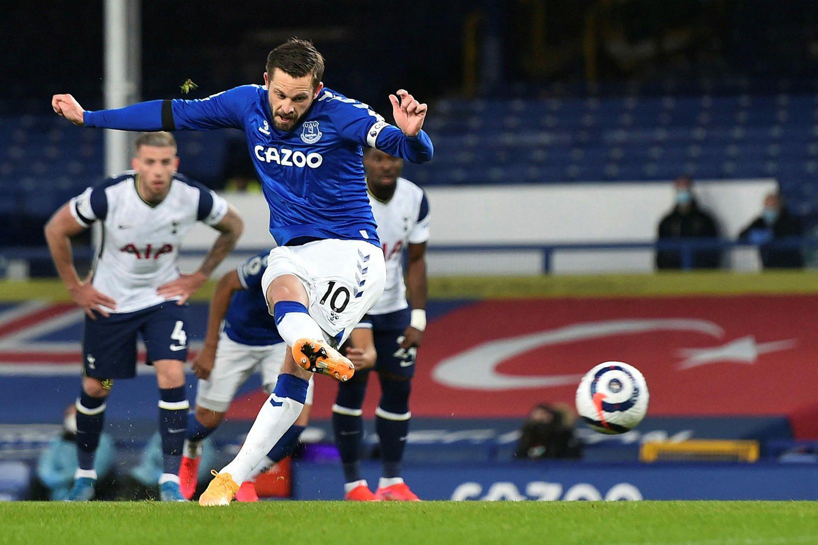 Gylfi Þór Sigurðsson skorar fyrir Everton gegn Tottenham.