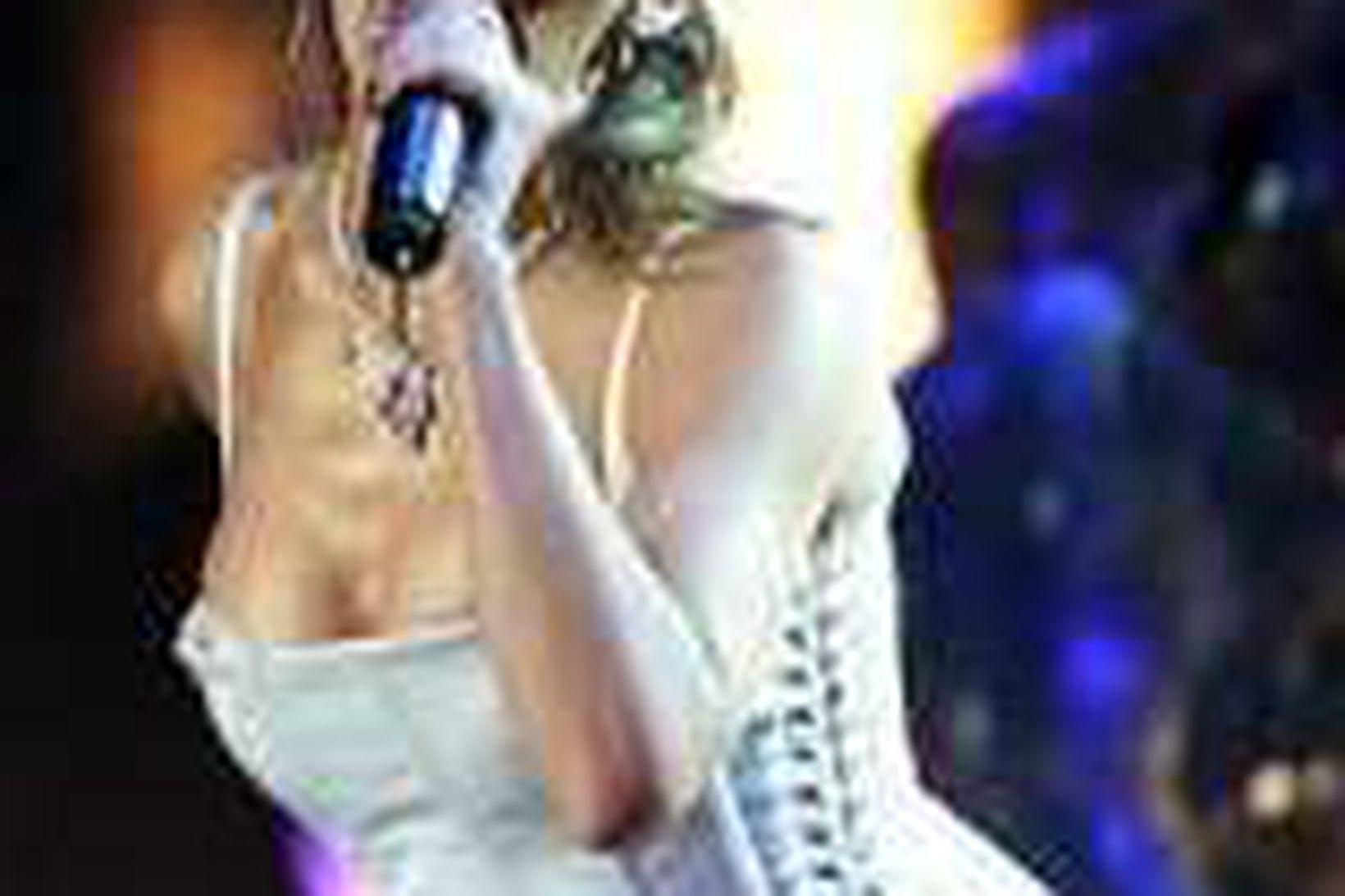 Kylie Minogue flytur lag.