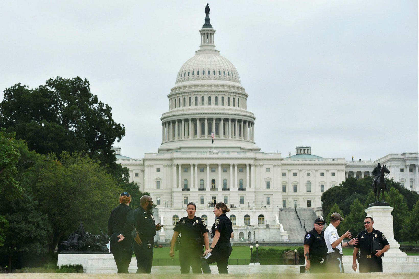 Lögreglumenn fyrir utan þinghúsið í Washington D.C. Myndin var tekin …