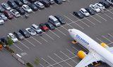 """737 MAX þota Icelandair """"horfist í augu"""" við bíla á starfsmannastæðinu við Boeing-verksmiðjurnar í Seattle."""