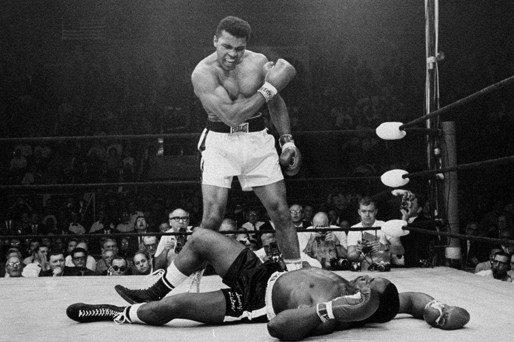 Muhammad Ali stendur yfir Sonny Liston eftir að hafa rotað …