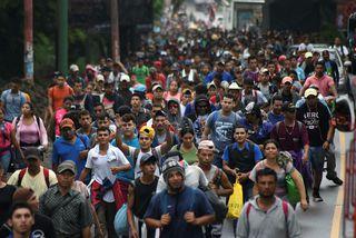 Um 2.000 manns ganga saman í hóp og freista þess að komast til Bandaríkjanna.