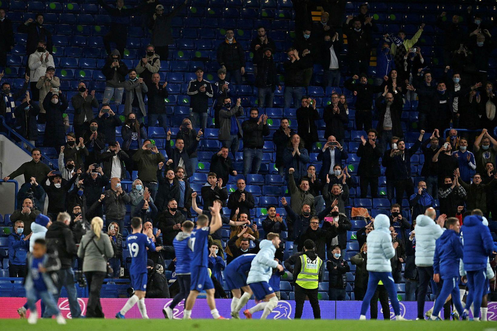 Áhorfendur fengu loksins að koma á Stamford Bridge og fögnuðu …