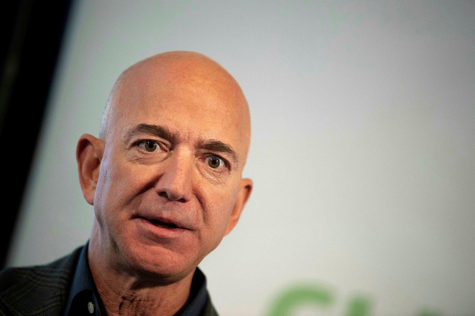 Jeff Bezos er ekki lengur forstjóri Amazon. Hann eyddi síðustu …