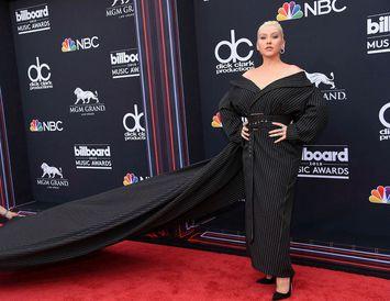 Christina Aguilera þurfti manneskju með sér á rauða dreglinum en kjóllinn var ansi fyrirferðarmikill.