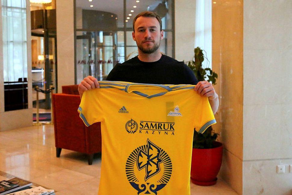 Rúnar Már Sigurjónsson með treyju Astana.