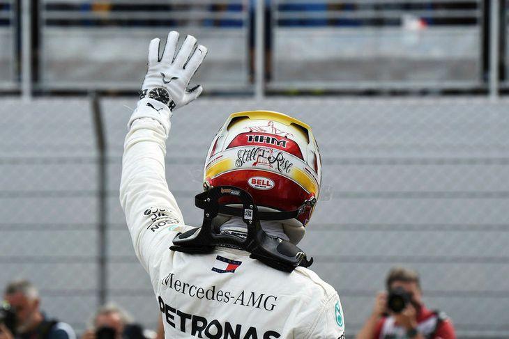 """Lewis Hamilton fagnar sigri í raspólskeppninni í Le Castellet með áletruninni """"enn rís ég"""" aftan ..."""