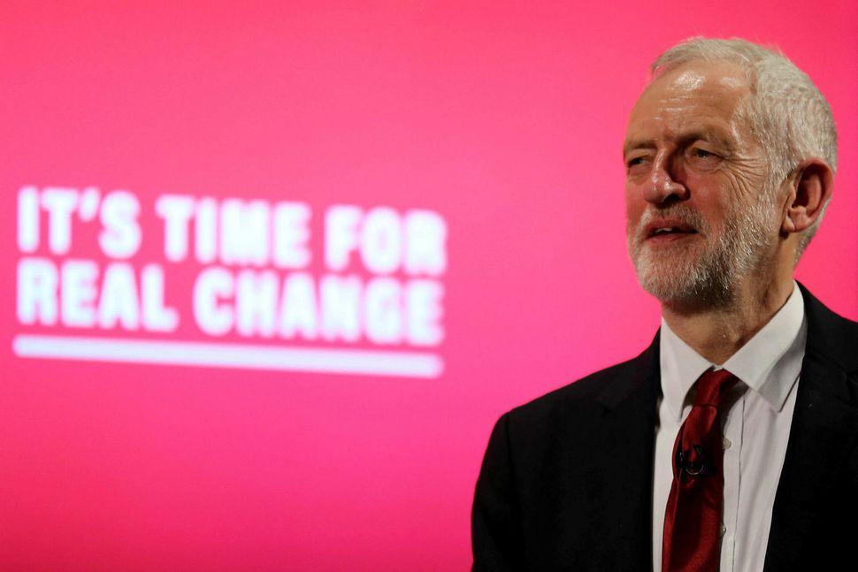 Jeremy Corbyn á kosningafundi í gær. Hann liggur undir ámæli ...