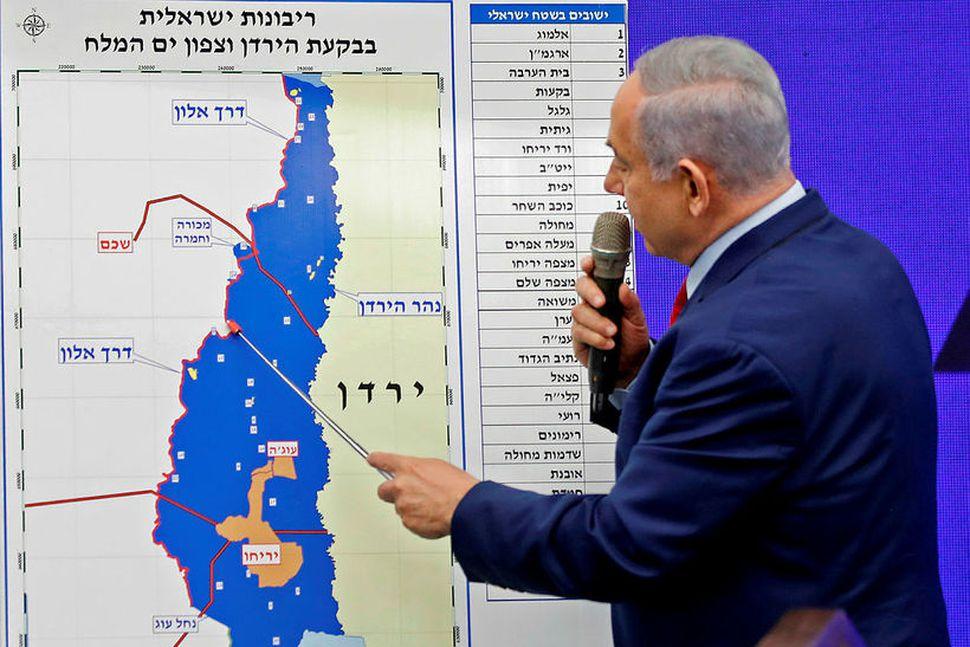 Benjamin Netanyahu forsætisráðherra bendir hér á kort sem sýnir Jórdandalinn.