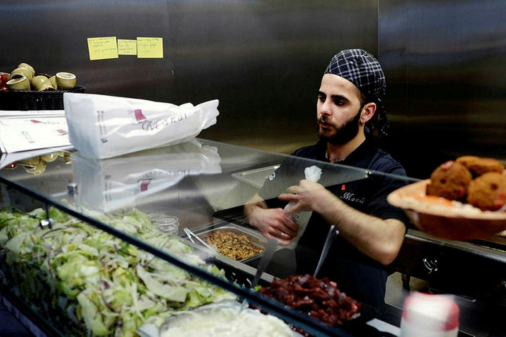Mandí selur shawarma-vefjur, kebab og hummus meðal annars.